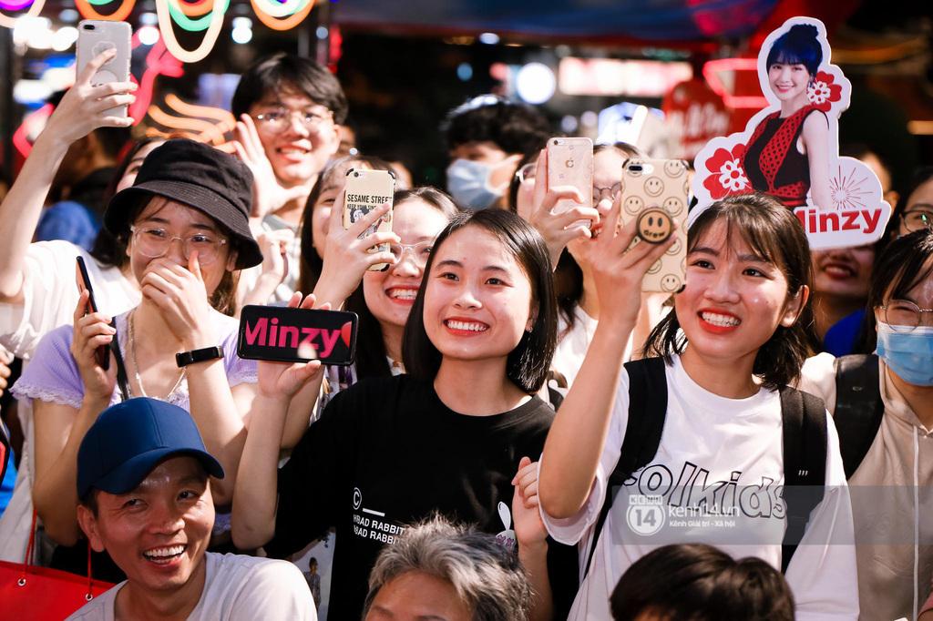 """Fan Hòa Minzy bơi hết vào đây, xem idol """"đột kích"""" Lễ hội Tết Việt và ngàn trải nghiệm wow chưa từng có!"""