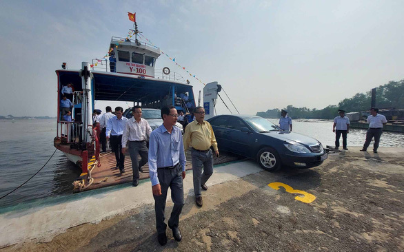 Cầu quá tải, Bến Tre, Tiền Giang đưa phà Rạch Miễu trở lại hoạt động