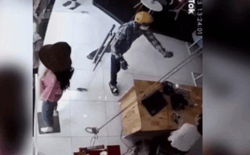 Tên cướp táo tợn xịt hơi cay vào mặt nữ nhân viên, giật laptop bỏ chạy trong 10 giây