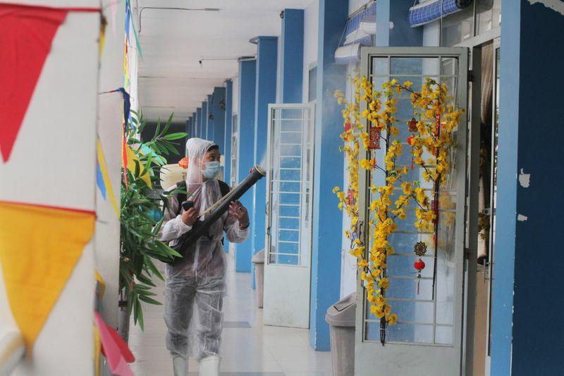 Dịch Covid-19: Trường học ở TP.HCM xịt khử khuẩn ngày cận tết