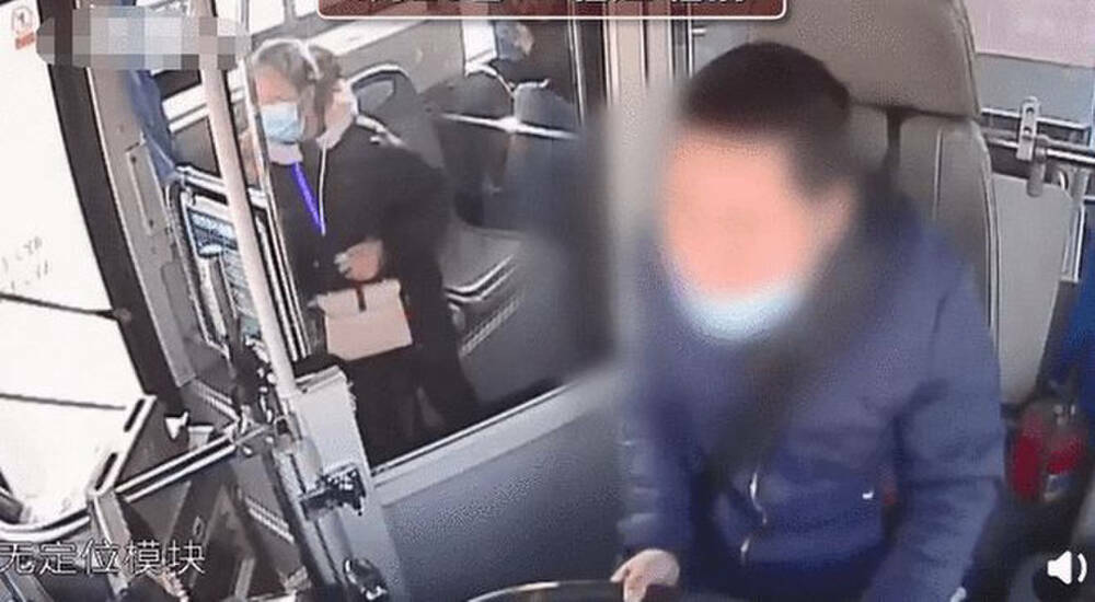 Tài xế xe bus đột ngột chạy xuống xe, hành khách kéo đi xem mới phát hiện sự thật đau lòng