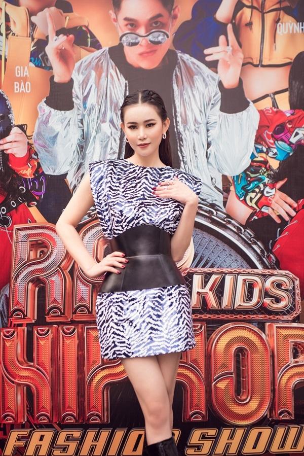 """Cả showbiz chạy đua hàng hiệu còn Á hoàng Đá quý Cao Thuỳ Trang lại tự tin diện váy """"rẻ bèo"""" dự sự kiện thời trang khủng"""