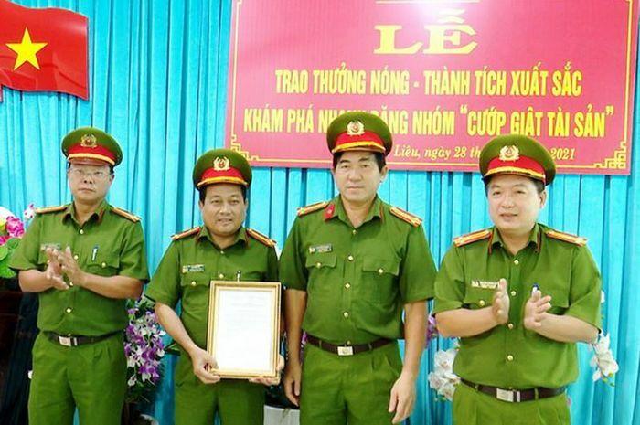 Công an tỉnh Bạc liêu thưởng nóng lực lượng phá án của Công an huyện Hòa Bình