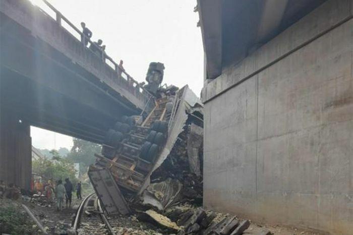 Xe container rơi cầu vượt, 1 đoạn đường sắt Bắc – Nam tê liệt