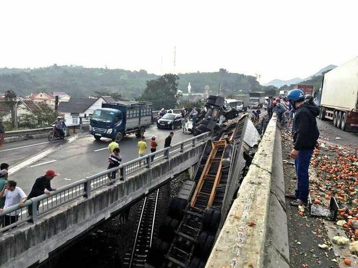 Khánh Hòa: Xe Container rơi xuống cầu vượt, đường sắt Bắc – Nam ách tắc
