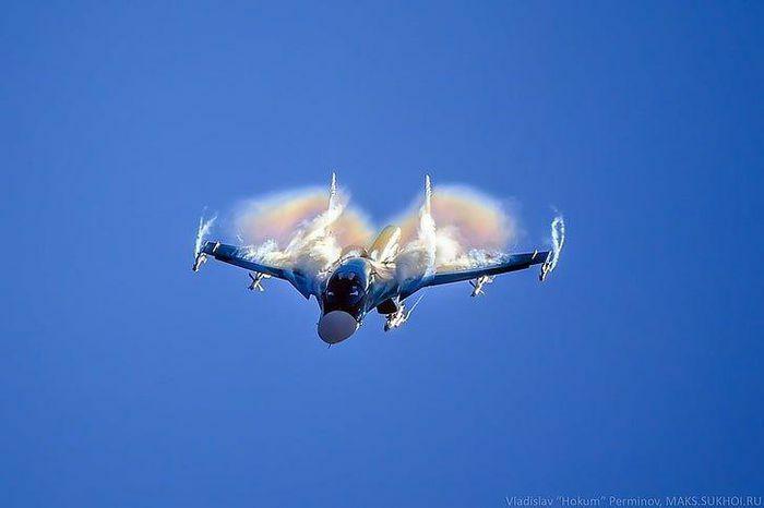 """""""Đẳng cấp"""" như Nga, máy bay cũ vẫn không ngại """"chọc ghẹo"""" tàu chiến Mỹ"""