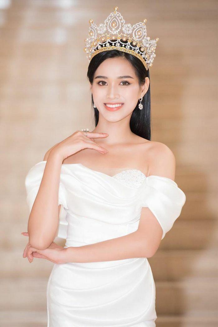 Không chỉ màu đỏ, Hoa hậu Đỗ Thị Hà còn chinh phục sắc trắng đẹp nao lòng