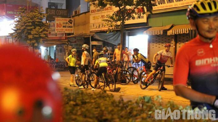 Nghênh ngang đạp xe thể dục lấn làn, vượt đèn đỏ bị CSGT xử phạt