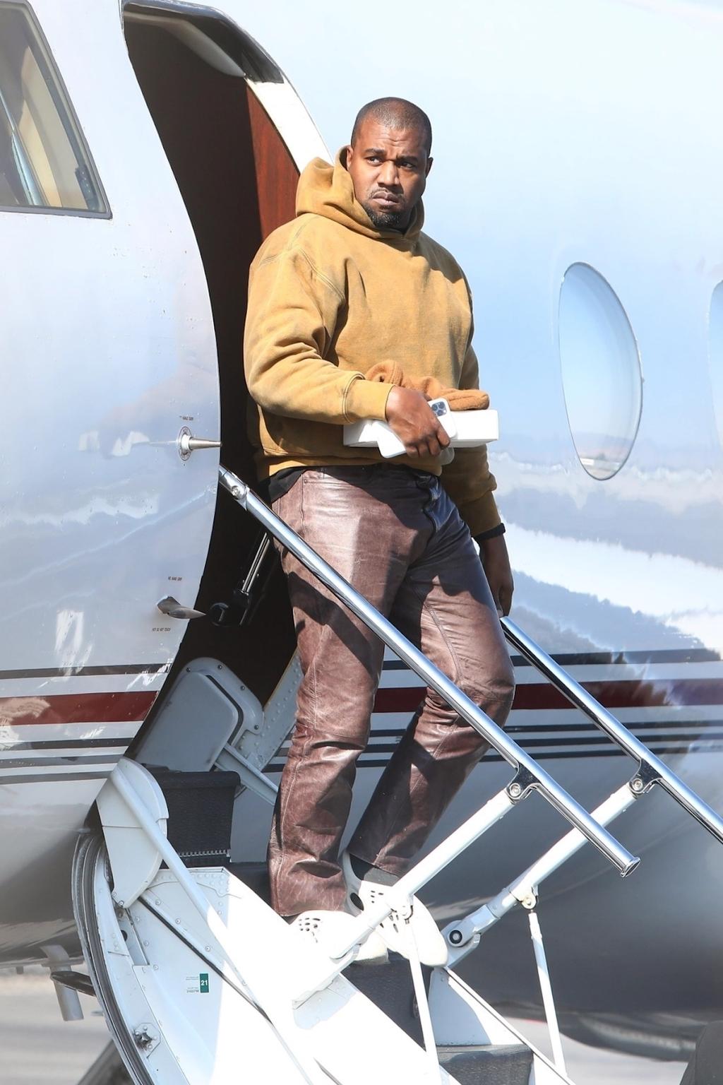Kanye West lần đầu tiên được phát hiện kể từ tin đồn ly hôn Kim 'siêu vòng 3′