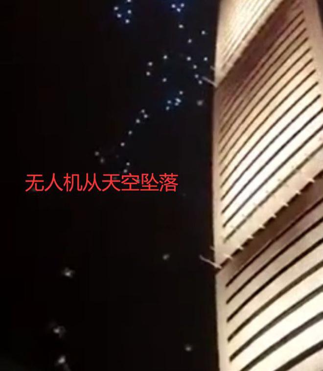 """Cả trăm chiếc drone đâm vào tòa nhà khi đang biểu diễn, dân mạng lại nghi ngờ """"Made in China"""""""