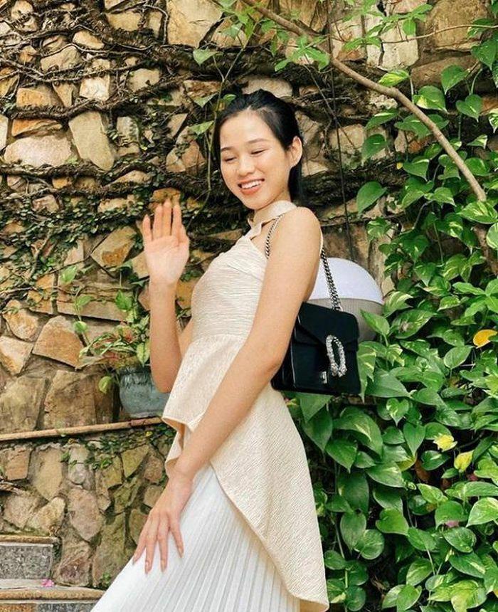 """Lần đầu xách hàng hiệu xuống phố, Hoa hậu Đỗ Thị Hà """"dìm"""" chiếc túi Gucci không thương tiếc"""