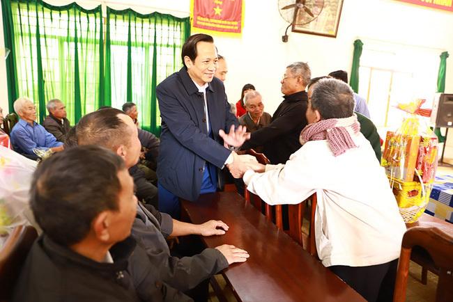 Bộ trưởng Đào Ngọc Dung tặng quà cho người có công, hộ nghèo tại tỉnh Đắk Lắk