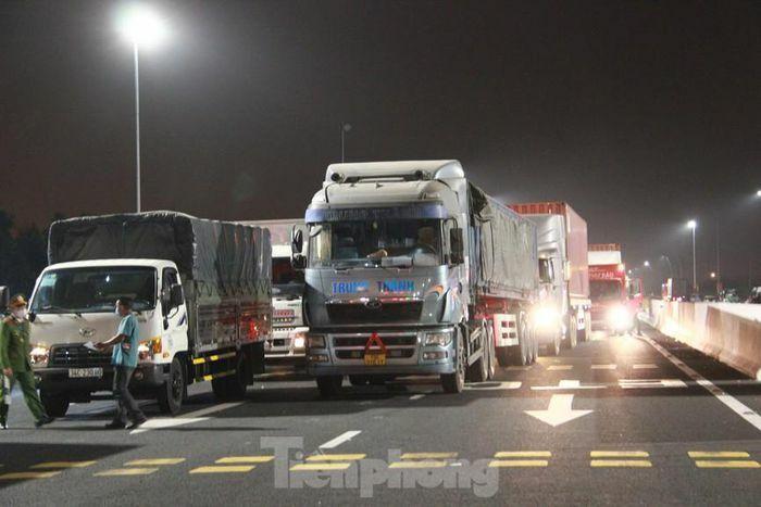 Dòng người và phương tiện xếp hàng dài đăng ký vào Quảng Ninh trong đêm