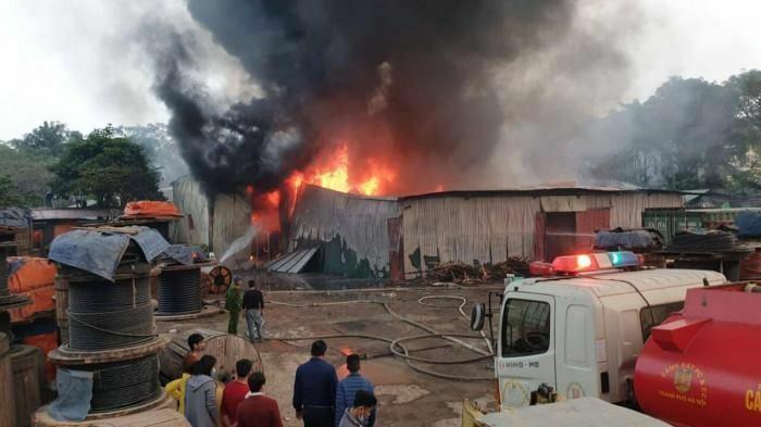 Hà Nội: Huy động tối đa lực lượng dập tắt đám cháy chợ Linh Đàm
