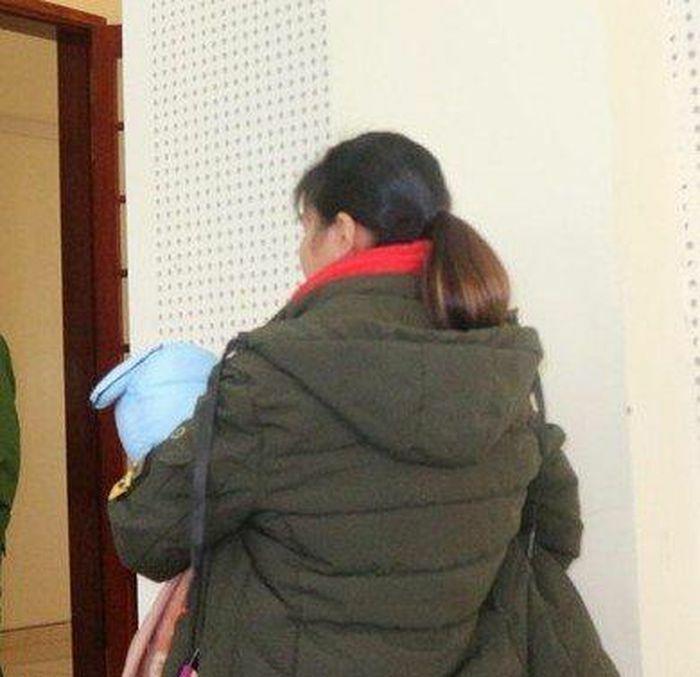 Nam thanh niên khóc òa khi gặp vợ sắp cưới bế con nhỏ tại tòa