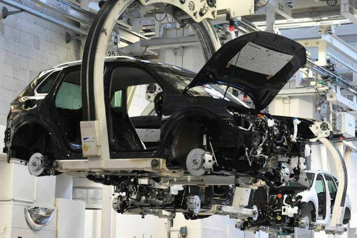 Nhiều hãng xe buộc phải ngưng sản xuất do khan hiếm chip