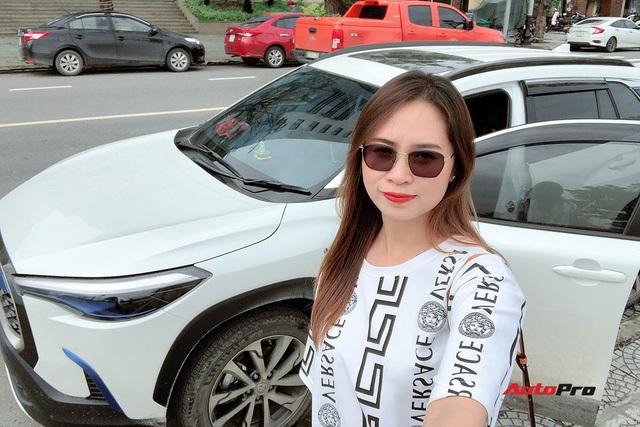 """Bán Mercedes C 200 đổi Toyota Corolla Cross, nữ chủ xe 9x đánh giá sau 4.000 km xuyên Việt: """"Lái thì thua nhưng là vua công nghệ"""""""