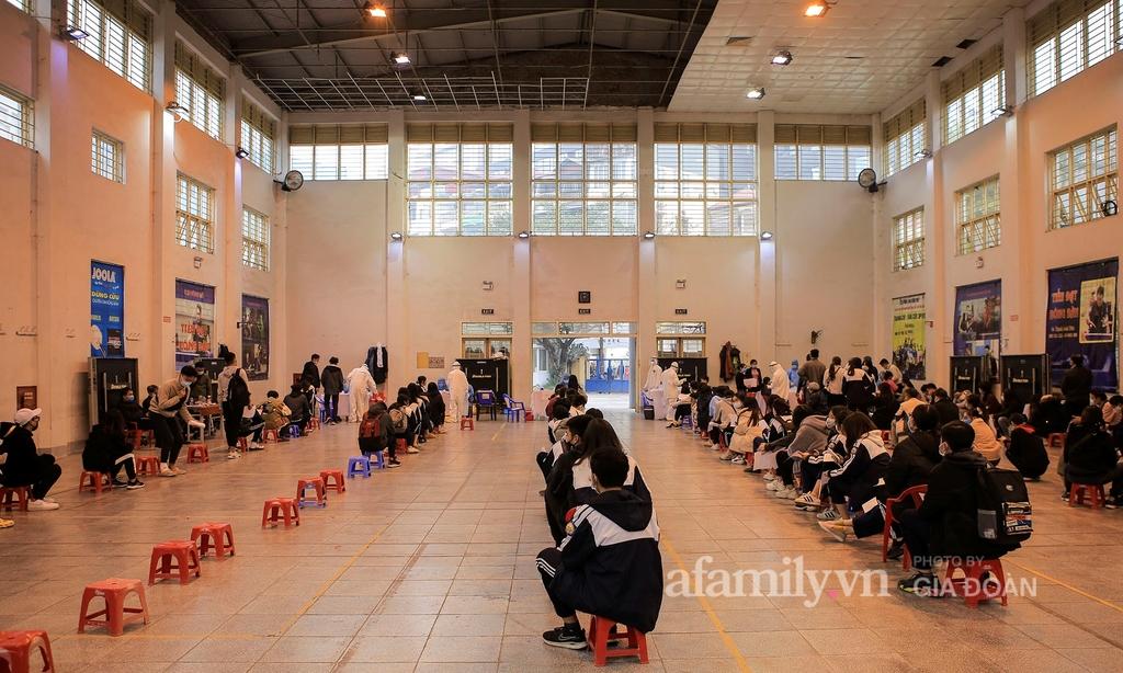 Hà Nội: Hàng trăm người dân về từ vùng dịch Hải Dương và Quảng Ninh được lấy mẫu xét nghiệm Covid-19