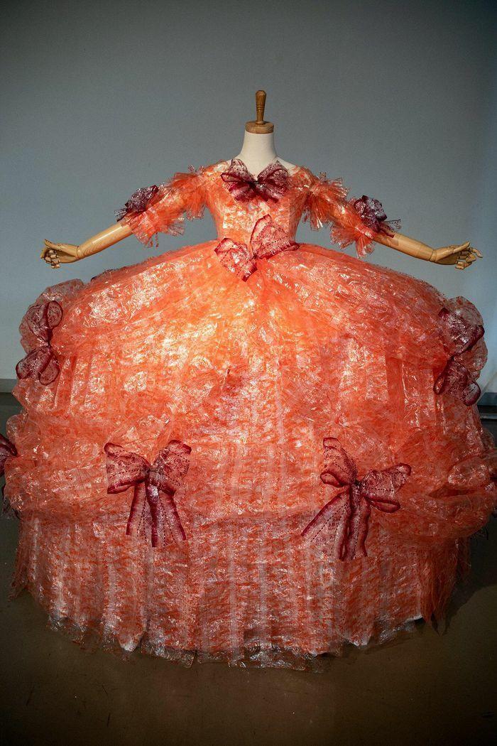 Nam sinh làm váy từ 4.000 vỏ giấy gói bánh