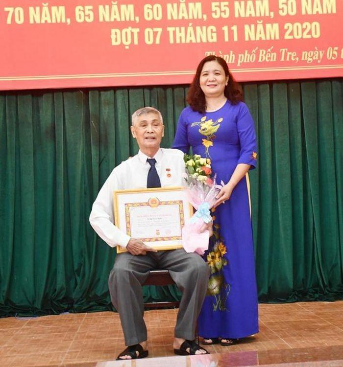 Bến Tre: 289 đảng viên được nhận Huy hiệu Ðảng đợt 3/2