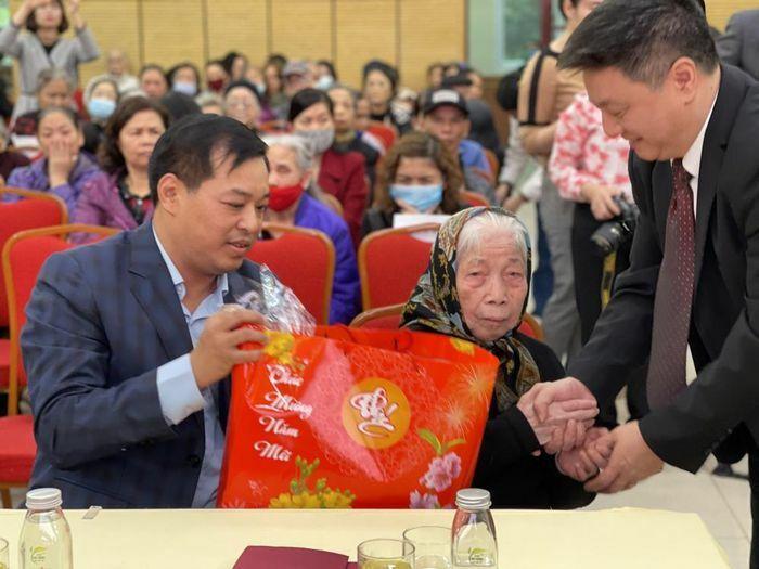 Quận Hoàn Kiếm tặng quà gia đình chính sách, hoàn cảnh khó khăn dịp Tết Nguyên đán 2021