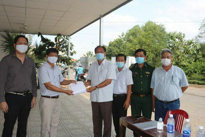Kiên Giang: Trao 300 triệu đồng cho Việt kiều nghèo tại Vương quốc Capuchia nhân dịp Tết Nguyên đán Tân Sửu 2021