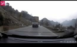 """Ô tô tải """"vẩy đuổi"""" khiến 2 người ngã văng xuống đường, hành động sau đó còn gây bức xúc hơn"""