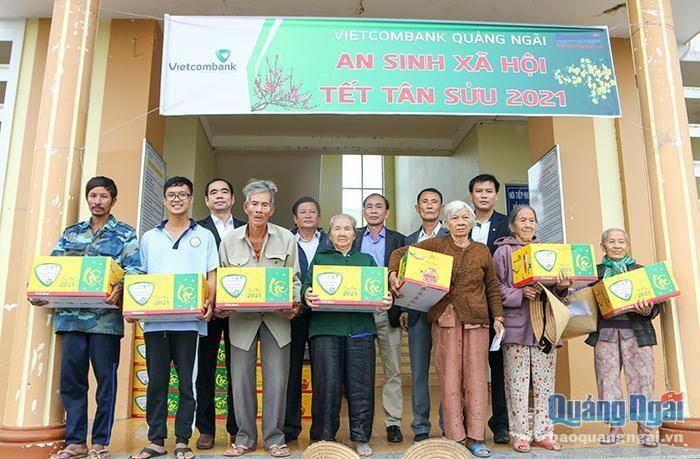 Trao tặng quà Tết cho hộ nghèo và Mẹ VNAH