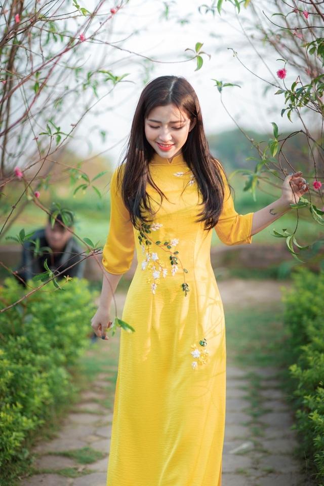 Thiếu nữ xứ Thanh đẹp tựa nàng thơ, dạo bước đón Xuân sớm