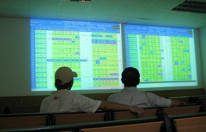 Nhà đầu tư hoảng loạn khiến VN-Index rơi kỷ lục hơn 70 điểm