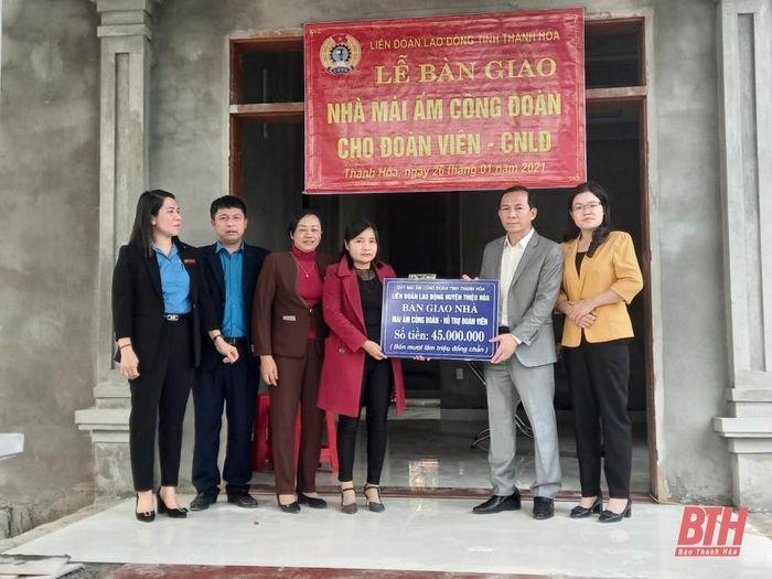 """Chủ tịch Liên đoàn Lao động tỉnh Võ Mạnh Sơn trao kinh phí hỗ trợ xây dựng """"Mái ấm Công đoàn"""" cho đoàn viên khó khăn"""