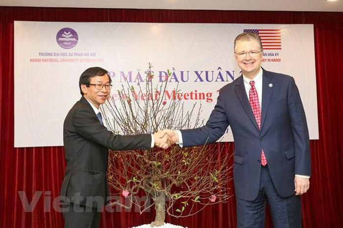 Đại sứ Mỹ trao tặng cây đào đặc biệt cho trường Đại học sư phạm Hà Nội