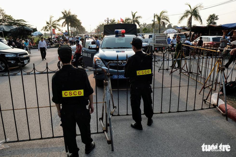 Hơn 2.000 người bảo vệ lễ khai ấn đền Trần đêm nay (18-2)