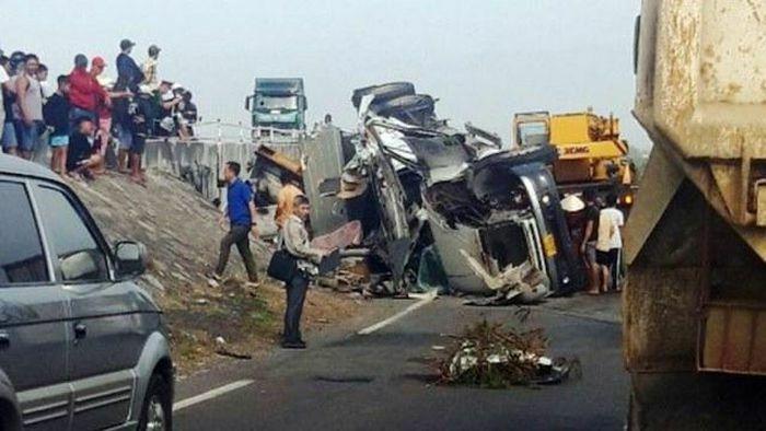 Tai nạn giao thông mới nhất hôm nay 30/1: Lao từ trên cầu xuống đường tàu, xe đầu kéo khiến đường sắt Bắc – Nam tê liệt