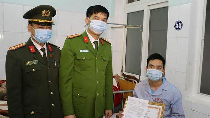 Thứ Trưởng Bộ Công an gửi thư khen Công an xã bị thương khi làm nhiệm vụ chữa cháy