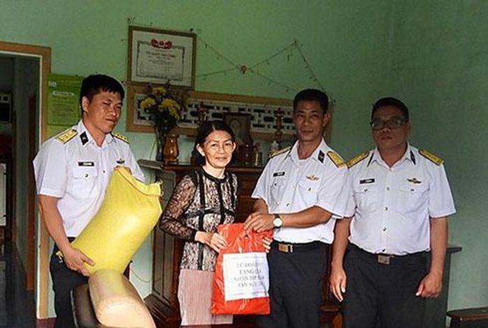 Lữ đoàn 975 thăm, tặng quà các gia đình chính sách, hộ nghèo huyện Cam Lâm