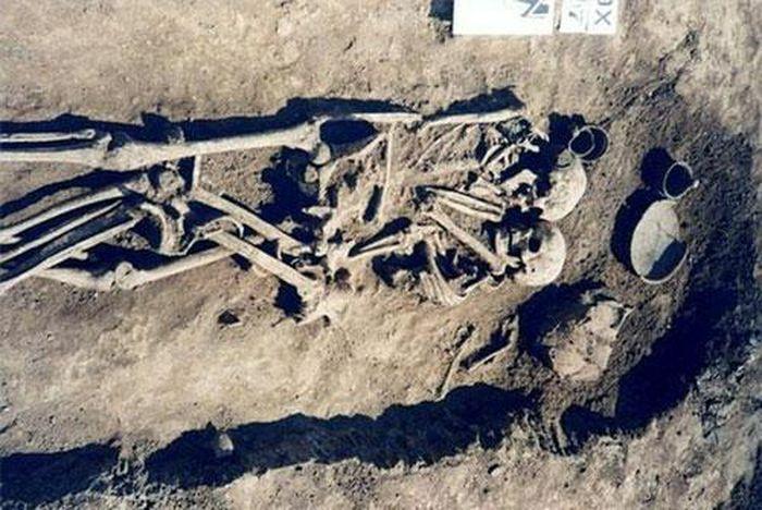 """Sự thật """"sốc"""" về cặp đôi ôm nhau 3.000 năm trong mộ cổ"""