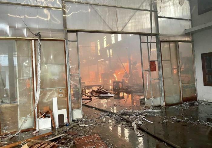 Hải Phòng: Cháy lớn thiêu rụi xưởng gỗ rộng hàng nghìn m2