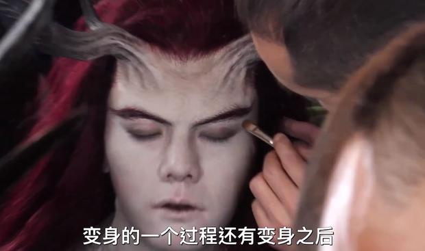 """Màn hóa """"ác ma"""" cực thốn của Trần Vỹ Đình ở phim mới: Đeo kính áp tròng to chà bá, mất 5 tiếng mỗi ngày để trang điểm!"""