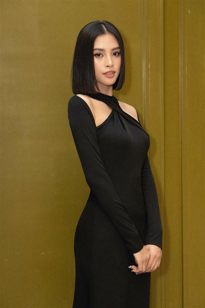 Diện cùng kiểu váy khoét sâu, Hoa hậu Tiểu Vy được khen 'ăn đứt' Hải Tú