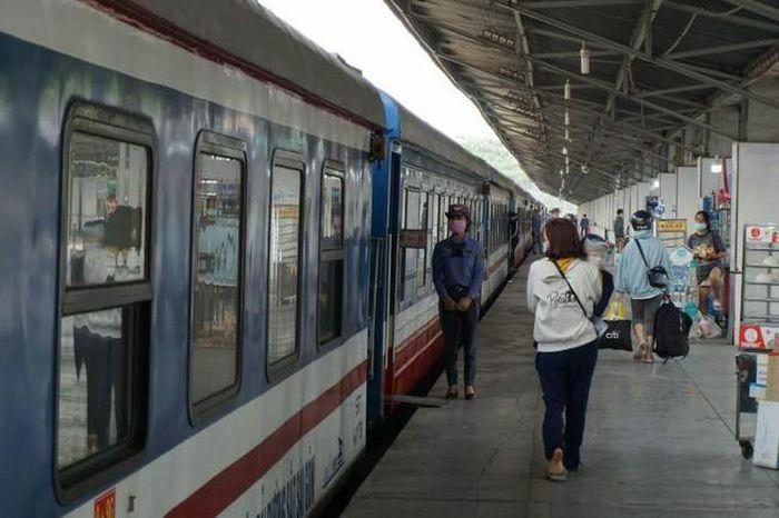 Sau hủy vé, người dân quay lại mua vé tàu về quê ăn tết