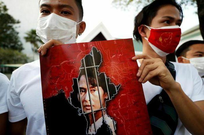 Người dân Myanmar biểu tình rầm rộ phản đối đảo chính