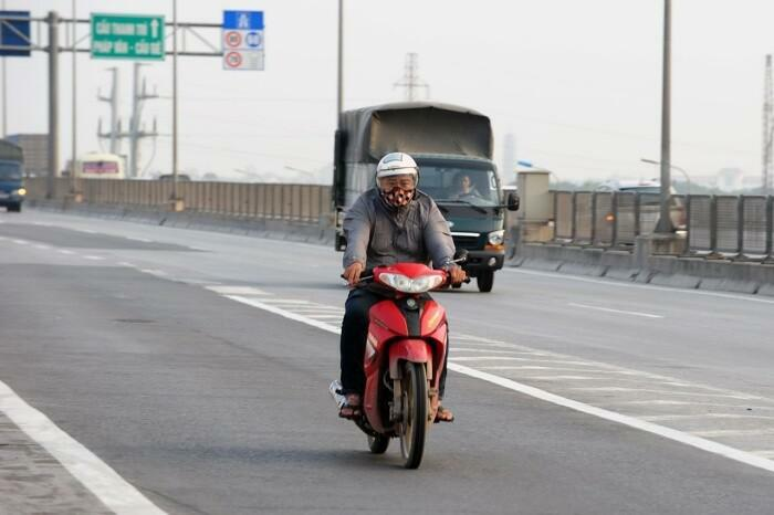 Đi xe máy chúc Tết vào nhầm đường trên cao ra cầu Thăng Long có bị phạt?