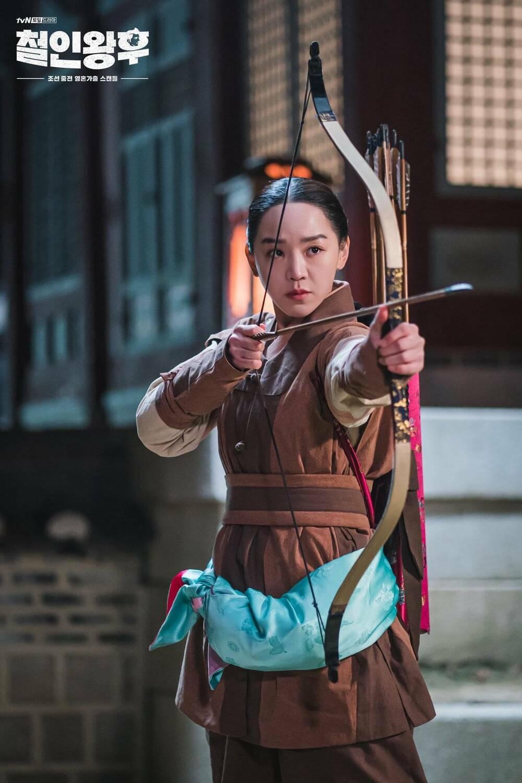 """BXH diễn viên – phim Hàn tháng 2: """"Mr. Queen"""" bỏ xa """"Penthouse 2"""", Shin Hye Sun áp đảo Cha Eun Woo!"""