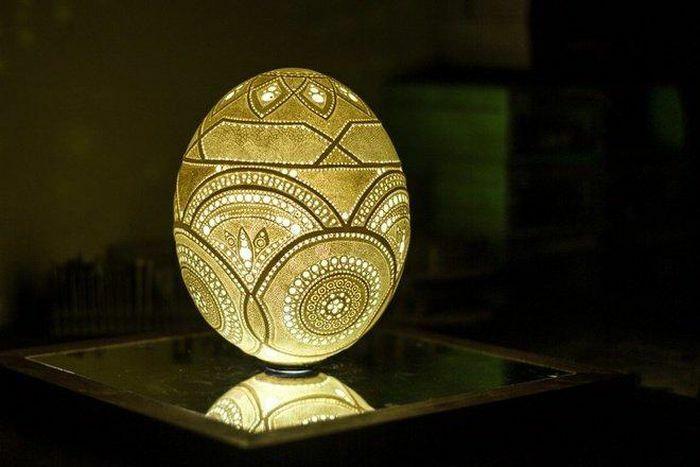 Đẹp ngỡ ngàng trước tác phẩm chạm khắc tinh xảo trên… vỏ trứng đà điểu