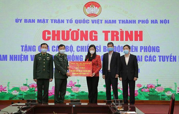 Mặt trận Tổ quốc TP Hà Nội trao hỗ trợ cho các lực lượng tuyến đầu chống dịch Covid-19