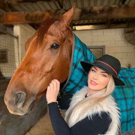 Gemma Reilly: Cô nàng xinh đẹp đổi đời nhờ môn đua ngựa