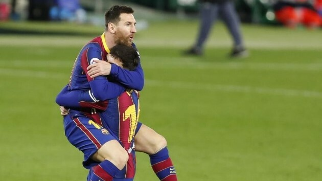 Ghi bàn sau 2 phút vào sân, Messi áp sát thành tích của Suarez