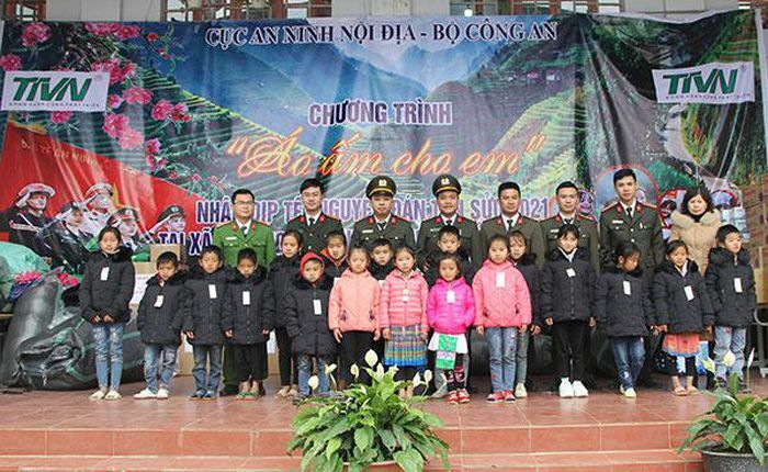 """Cục An ninh Nội địa mang """"hơi ấm"""" tới các học sinh vùng cao Lai Châu"""