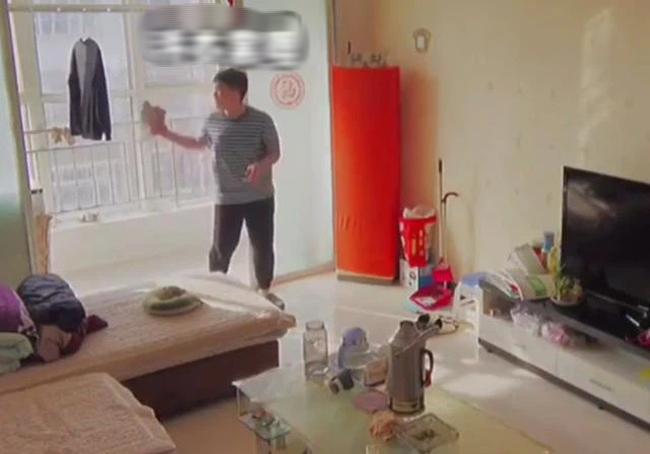 Mẹ lắp camera trong phòng khách giám sát mọi cử động, bất ngờ phát hiện ra tài năng của con trai nhưng lại gây tranh cãi